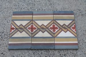 Border with geometric design