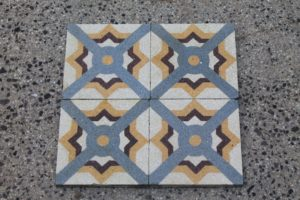 Grit floor with geometric design